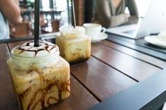 Kaffe med is kaffe på wood bakgrund för tabell i kafét, främst nolla Royaltyfri Fotografi