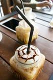 Kaffe med is kaffe på wood bakgrund för tabell i kafét, främst nolla Arkivbilder