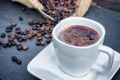 Kaffe med kakaopulver som dekoreras för en himla- njutning royaltyfria bilder