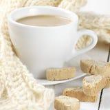 Kaffe med kakor och stickade plagg Fotografering för Bildbyråer