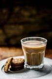 Kaffe med kakor på lantlig bakgrund fotografering för bildbyråer