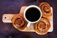 Kaffe med kanelbruna rullar fotografering för bildbyråer