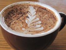 Kaffe med kräm för blom- design Royaltyfria Bilder