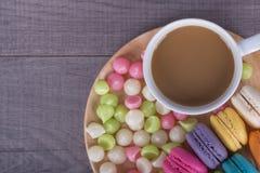 Kaffe med macaron och Aalaw på den wood tabellen Arkivbilder