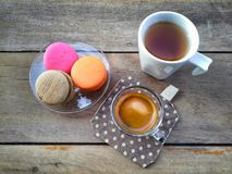 Kaffe med macaron och varmt te Royaltyfri Foto