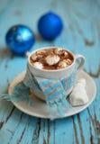 Kaffe med marshmallowen arkivbild