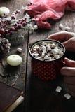 Kaffe med marshmallowen och choklad Royaltyfria Bilder