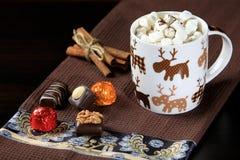 Kaffe med marshmallowen och kanel och sötsaker Arkivfoto