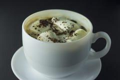 Kaffe med marshmallowen på en svart bakgrund Royaltyfri Bild