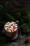 Kaffe med marshmallower och chokladsås Royaltyfri Bild