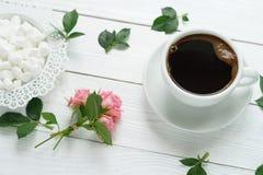 Kaffe med marshmallower och en ros Royaltyfri Foto