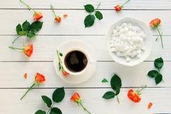 Kaffe med marshmallower och en ros Arkivfoto
