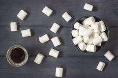 Kaffe med marshmallower på den svarta wood tabellen Royaltyfria Bilder