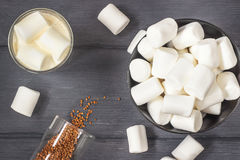 Kaffe med marshmallower på den svarta wood tabellen Royaltyfri Bild