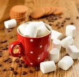 Kaffe med marshmallows Arkivbilder