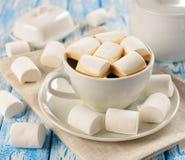 Kaffe med marshmallows Arkivfoto