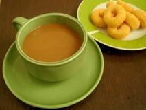 Kaffe med mellanmål i sen morgon Arkivfoton