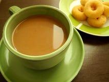 Kaffe med mellanmål i sen morgon Royaltyfria Foton