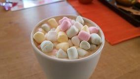Kaffe med mini- marshmellows Arkivbild