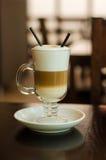 Kaffe med mjölkar Arkivbild