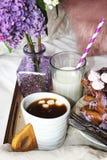 Kaffe med mjölkar is Arkivfoton
