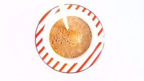 Kaffe med mjölkar för frukost arkivfilmer