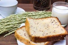 Kaffe med mjölkar och frukosten för bröd för helt vete den sunda Royaltyfri Fotografi