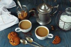 Kaffe med mjölkar och hemlagade havremjölkakor Arkivbild