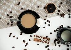 Kaffe med mjölkar på en vit tabell Fotografering för Bildbyråer
