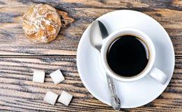 Kaffe med pepparkakan Arkivfoto