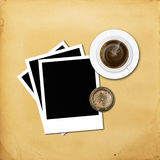 Kaffe med polaroidfotoramen och kompass på gammalt papper Royaltyfri Fotografi