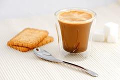 Kaffe med skeden och socker arkivbild