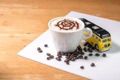 Kaffe med spindelmodellen i en vit kopp- och billeksak royaltyfria bilder