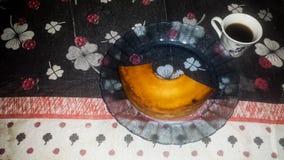 Kaffe med tårtan arkivbild