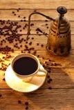 Kaffe med tappningmaskinen på åldrigt trä Arkivfoto