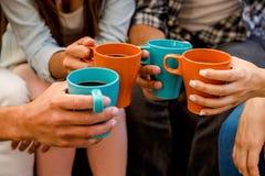 Kaffe med vänner arkivfoton