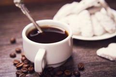 Kaffe med vita kakor Arkivbilder