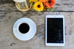 Kaffe minnestavla på trätabellen med blomman Royaltyfri Foto