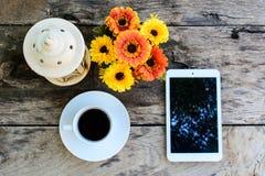 Kaffe minnestavla på trätabellen med blomman Royaltyfria Foton