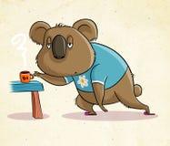 Kaffe-missbrukad koala som bär en blå t-skjorta stock illustrationer