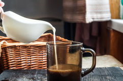 kaffe mjölkar tabellen Royaltyfri Bild
