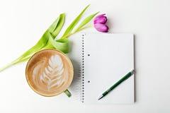 Kaffe och anteckningsbok Royaltyfria Bilder