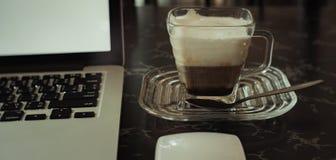 Kaffe och anteckningsbok på tabellen Royaltyfri Fotografi
