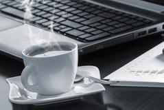 Kaffe och bärbar dator Arkivfoton