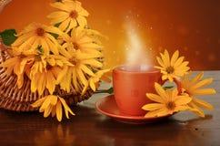 Kaffe och blommor Fotografering för Bildbyråer