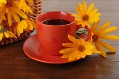 Kaffe och blommor Arkivbild