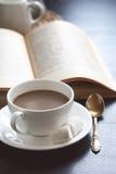Kaffe och bok Arkivfoton