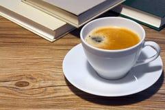 Kaffe och bok Arkivfoto