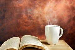 Kaffe och bok Arkivbilder