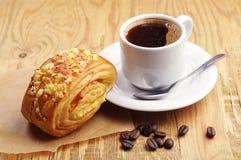 Kaffe och bulle med ost Royaltyfri Bild